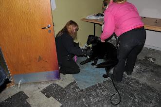 Photo: Bonnie leker med figurant May-Camilla
