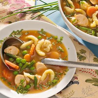 Spätzle-Gemüse-Suppe mit Würstchen