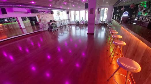 Este local se convierte en una especie de academia de baile por las noches.
