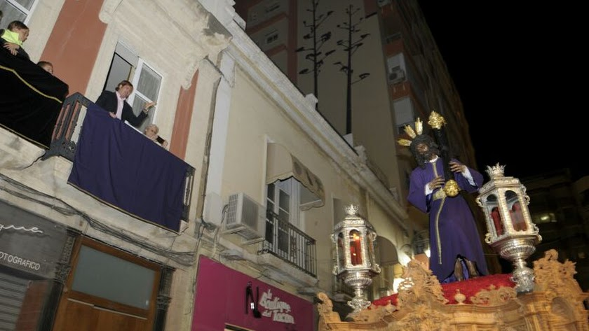 La esquina de Navarro Rodrigo con Reyes Católicos, uno de los lugares de referencia del Lunes Santo.