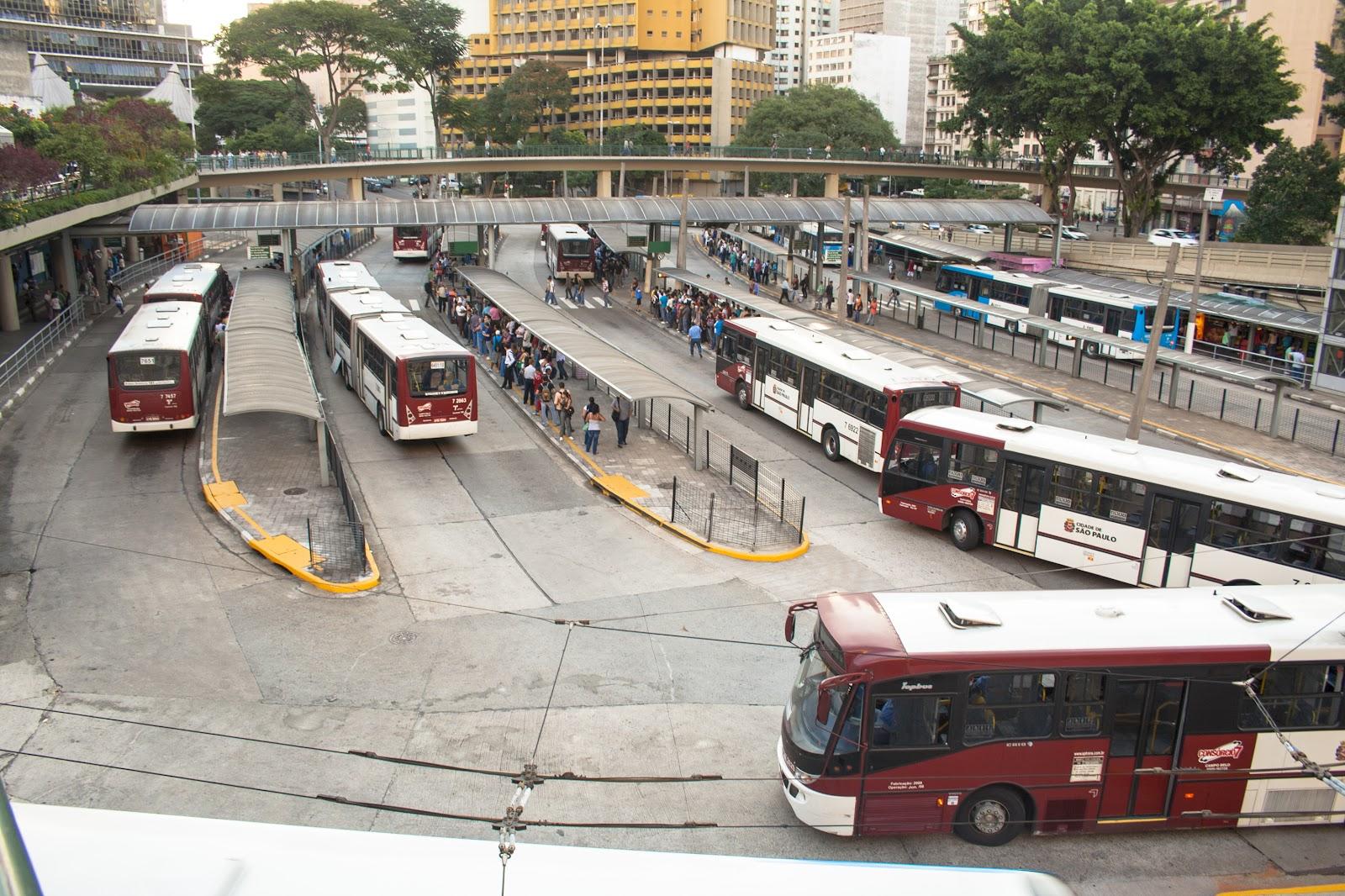 Terminal de ônibus com fluxo de pessoas
