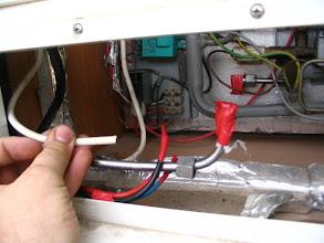 Photo: El cable de 220 no tiene empalme, sube a la unidad de control, así que lo corto y me lo dejaré accesible.