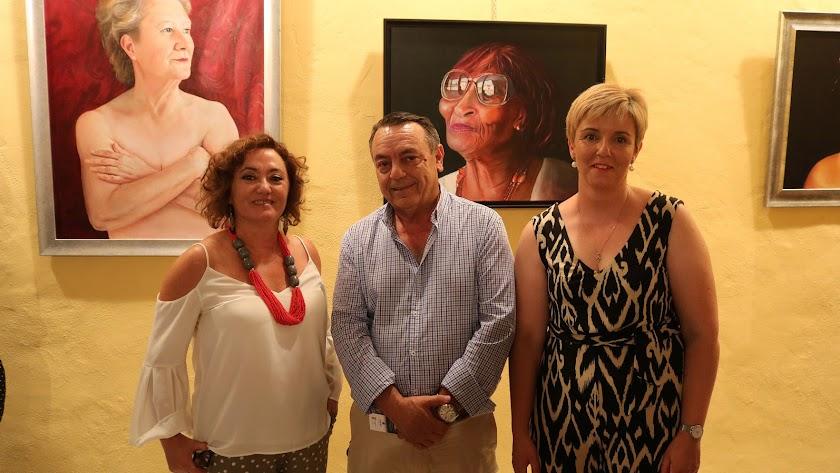 Emilia Resina con el alcalde de Lúcar y la concejala de Cultura.