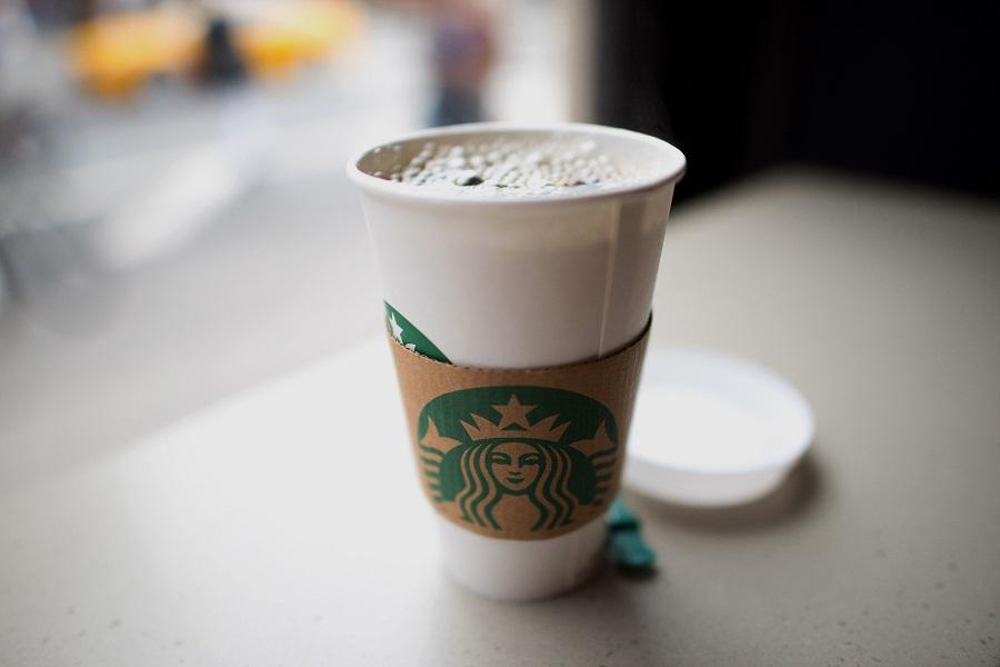 Betogers in Hong Kong rig woede op Starbucks