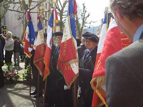 Photo: Les porte-drapeaux en attente du commencement de la cérémonie.