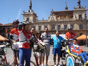 Photo: Plaza Mayor de León, con Isidoro, su hijo David y su novia.