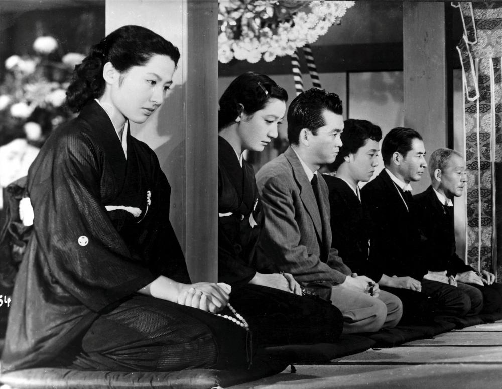 http://www.bfi.org.uk/sites/bfi.org.uk/files/styles/full/public/image/tokyo-story-1953-003-00m-uti-family-sextet-in-row-on-knees.jpg?itok=5bAtBxLp