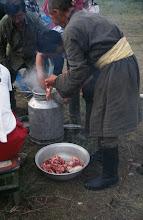Photo: 03274 ハドブルグ家/ホルホック/牛乳缶に少量の水や塩を入れ、小分けにした肉と焼石を入れる。ゴムパッキンの付いた蓋で密閉してバーナーなどで加熱する。