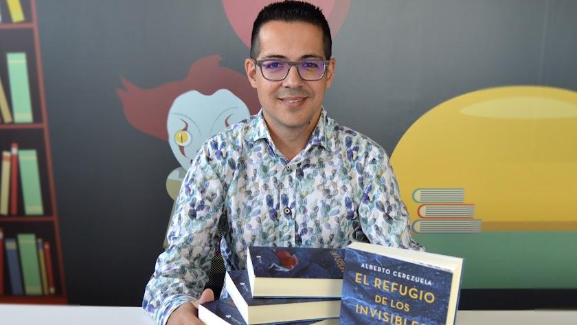 Alberto Cerezuela, con varios ejemplares de su primera novela, 'El refugio de los invisibles'.