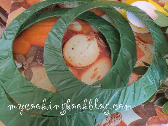 Венец със шишарки и клонки кипарис