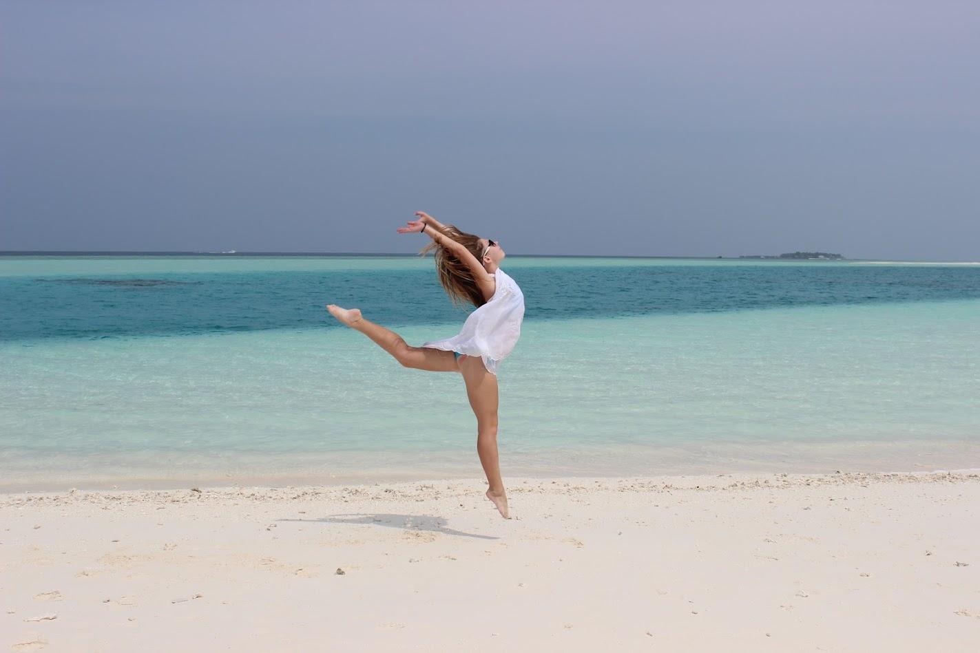 девочка на мальдивах на необитаемом острове