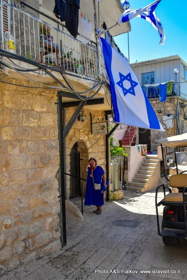 Гид в Израиле Светлана Фиалкова у дома Маргелит Зейнаби в Пкиине