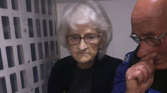 La anciana junto a uno de los agentes.