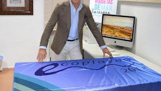 Luis Miguel Carmona, con la bandera que reconoce a La Ventilla como 'Ecoplaya'.