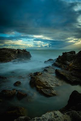 Il mare che accarezza gli scogli di Giuseppe Postiglione