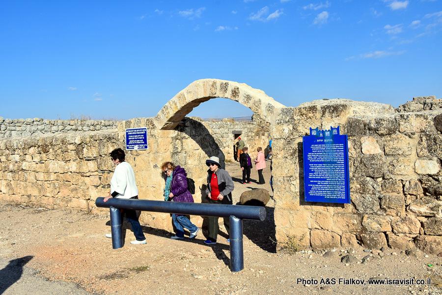 Руины Хирбет Ярда на древнем пути из Галилеи в Сирию.