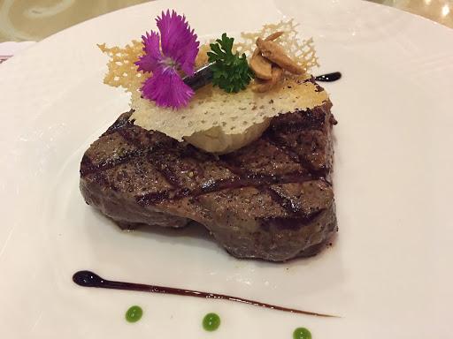 台南老式的西餐店,服務跟菜色都算不錯! 與外面連鎖王品不同的是..什麼東西幾乎都可以續。適合大食族的人來吃。 主菜的品質也不錯~