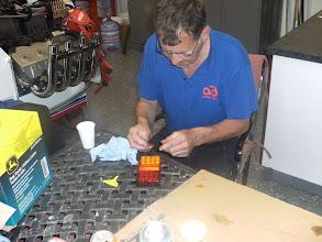 Photo: Willem druk met zijn nieuwe verlichting op de achterklep. Deze bleek te hoog zijn gemonteerd en brak in stukken in Tomah. Hij mag graag lijmen.