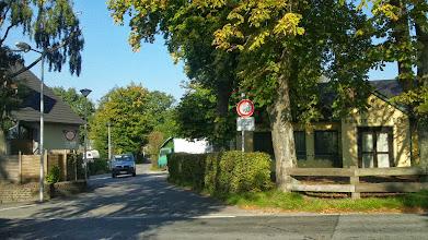 Photo: Die Tückingschulstraße zwischen dem Hof Blankenagel und dem Tückinger Schützenheim. Links neben dem Auto ist der lädierte Sensenschleifstein erkennbar.