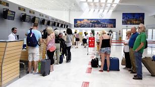 Pasajeros en el aeropuerto de Almería.