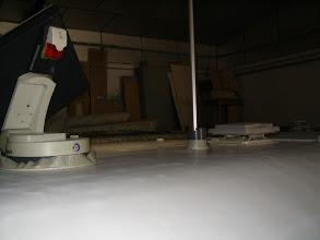 Photo: Techo preparado y los elementos que hay en el techo están protegidos con cinta de carrocero, para no mancharlos con la pintura.