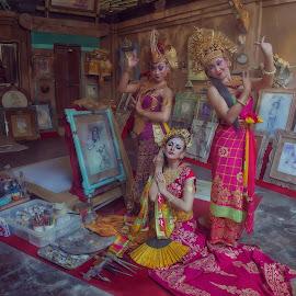 Model : Nora Candra Philip LuthieMua : Maharani SalonLokasi : The Blanco Renaissance Museum Campuan, UbudBali - Indonesia Photographer : Augustine Jumat. by Augustine Jumat - Wedding Old - Dancing