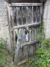 Photo: Abril de 2011. La maltrecha puerta y la selva de zarzas, el Ayuntamiento no actúa.