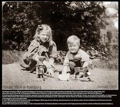 Photo: Rückblick auf die Jahre 1905-1907: Albert Einstein formuliert 1905 die spezielle Relativitätstheorie. Damit leitet er eine Revolutionierung der Grundlagen der bisherigen Physik ein. Der Faktor Zeit ist nun keine absolute Größe mehr, woraus folgt, dass die Theorie über die Entstehung des Weltalls sowie die Definitionen von Masse und Energie neu überdacht werden müssen. Ebenfalls zu neuen Ufern bricht die Malerei auf. In Dresden wird die Künstlergemeinschaft »Die Brücke« gegründet, die zum Sammelpunkt des deutschen Expressionismus wird, und in Paris stellen die »Fauves« aus, die sich mit ihren Gemälden vom Impressionismus absetzen. Richard Strauss' Oper »Salome« bedeutet einen ersten Höhepunkt für das Musikdrama des 20. Jahrhunderts. Ohne den Rahmen der Tonalität zu verlassen, beschreitet er kompositorisch neue Wege und verschreckt so seine konservativen Kritiker. Im Jahre 1906 prägt Reichskanzler Bernhard von Bülow das Schlagwort »Einkreisung« für diese Isolierung: Deutschland werde von den »Entente-cordiale«-Partnern Großbritannien und Frankreich sowie durch den französisch-russischen Zweiverband eingekreist. Das Jahr 1907 ist aber auch ein Jahr der Affären, vor allem im Deutschen Reich. Der Eulenburg-Skandal um Homosexuelle in der Umgebung des Kaisers führt dem Ansehen der Monarchie schweren Schaden zu.