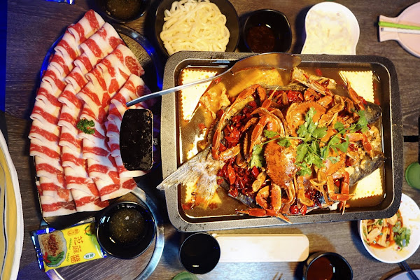水貨新莊店 秋天就是要吃蟹! 超爆量 1.5公斤麻辣萬里蟹烤魚 烤魚火鍋一爐二吃超滿足