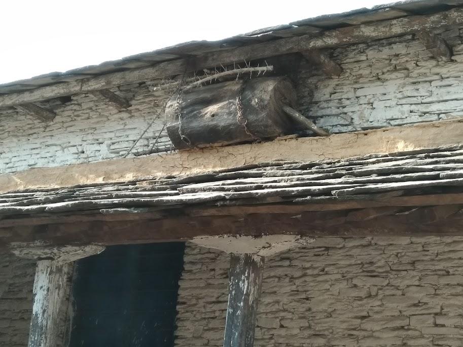 丸太でできたハチの巣