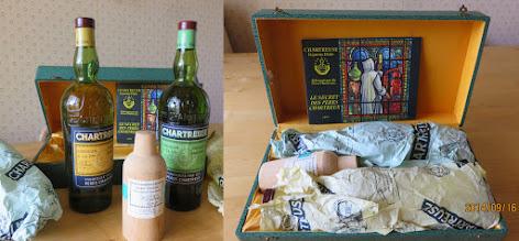 Photo: Un coffret bien remplis ! On y trouve deux grandes bouteilles de liqueur, jaune et verte, un flacon d'élixir végétal et un livret promotionnel joliment illustré... (Période 1956-1964)