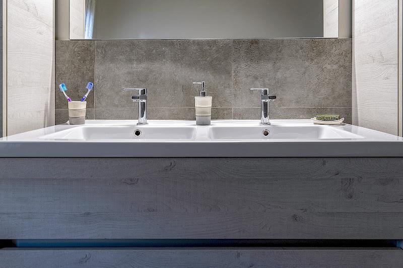 Minimal bathroom di Nefti-Monica