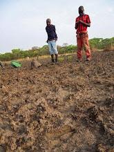 Photo: A fresh GS footprint in the foreground and poacher arrested in the background Pegada fresca de PNG em primeiro plano e caçador arrestado ao fundo