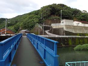 橋を渡って古和浦防災センター(右上)へ