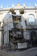 Photo: Devant l'entrée du Musée, le monument au philosophe catalan, Fransesc Pujols.