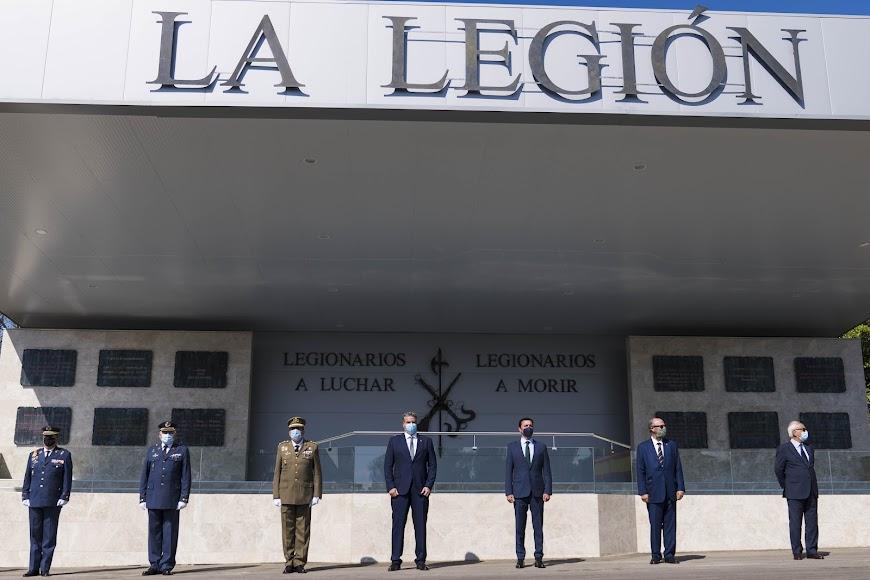 El presidente de la Diputación Provincial de Almería, Javier A. García (tercero por la derecha), ha participado en la Parada Militar.