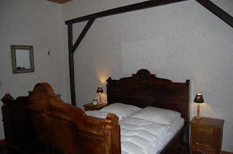 Photo: Tweepersoons slaapkamer (koloniale kamer) beneden met kinderbed