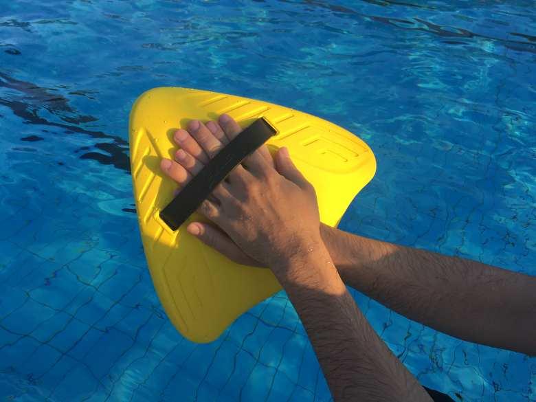 A Finis úszódeszka leginkább méretében különbözik a klasszikus nagy  úszódeszkától. Az elején kétségeim voltak afelől 0863bdd485