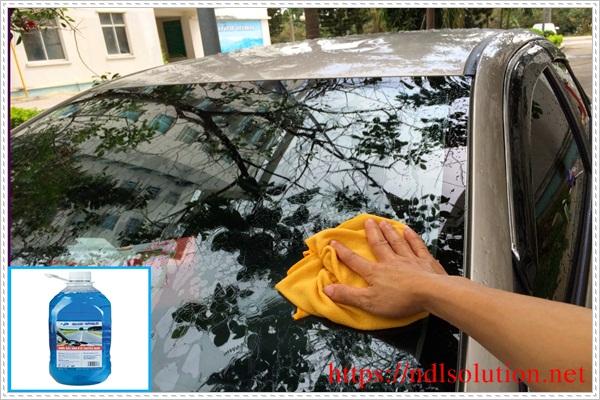 Vệ sinh kính ô tô bằng nước rửa kín