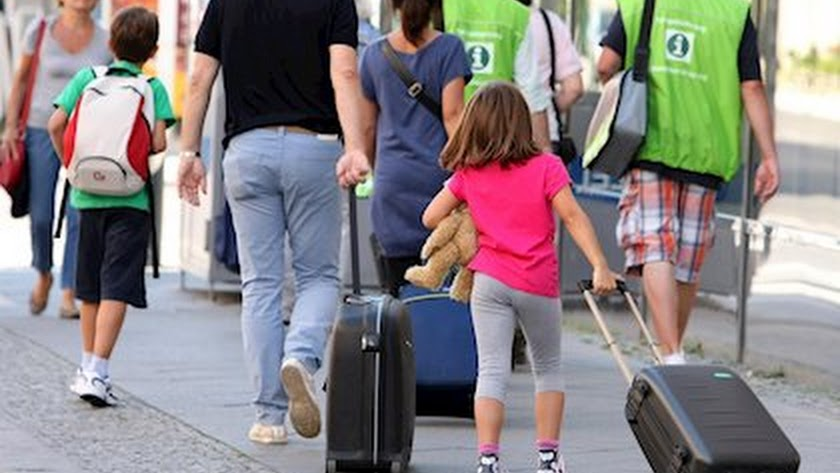Padres acompañan a sus hijos menores a un centro escolar almeriense