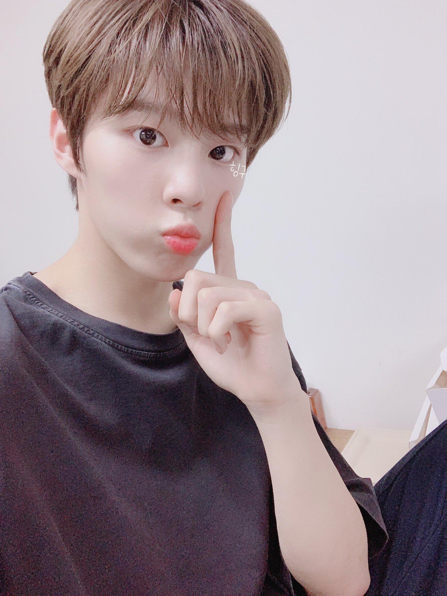 kim wooseok selfie