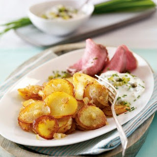 Leichte Bratkartoffeln mit Roastbeef und Joghurtremoulade