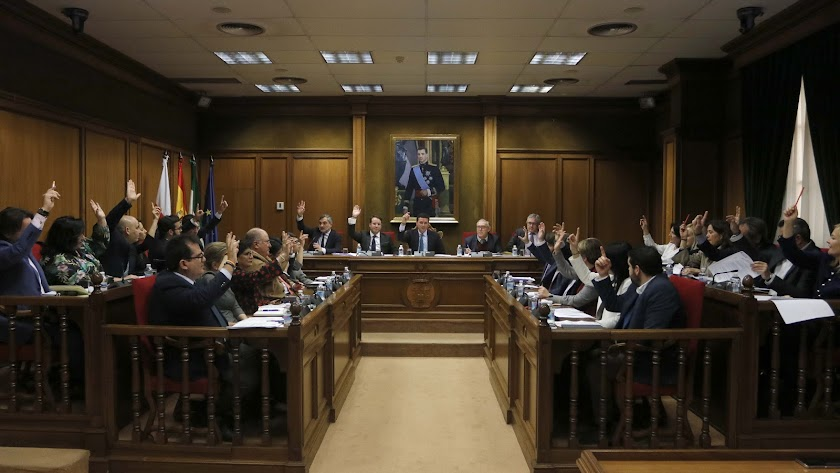 Votaciones durante la sesión plenaria en la Diputación de Almería.