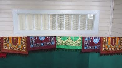 Photo: Už lango atskiroje patalpoje meldžiasi moterys.