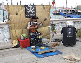 """Photo: Straßenmusikant: bitte ganz genau hinschauen! Sehr detaillierte """"Musik""""instrumente"""