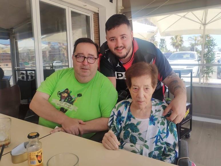 Con su querida madre y Rubí junior.