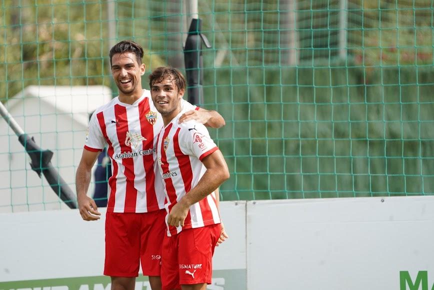 Juan Ibiza celebrando con Dani Albiar el tanto del empate.
