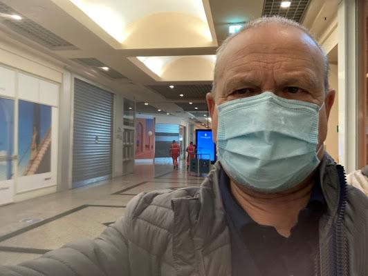 selfie al centro ccommerciale, in tempo di covid di smpaint