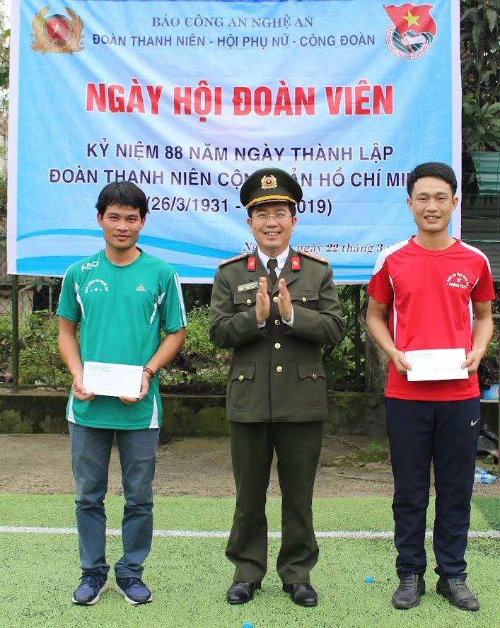 Đồng chí Trung tá Nguyễn Xuân Thư, Trưởng phòng PX04 trao giải cho các đội thi đấu.