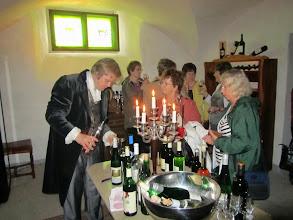 Photo: Viinin maistelua